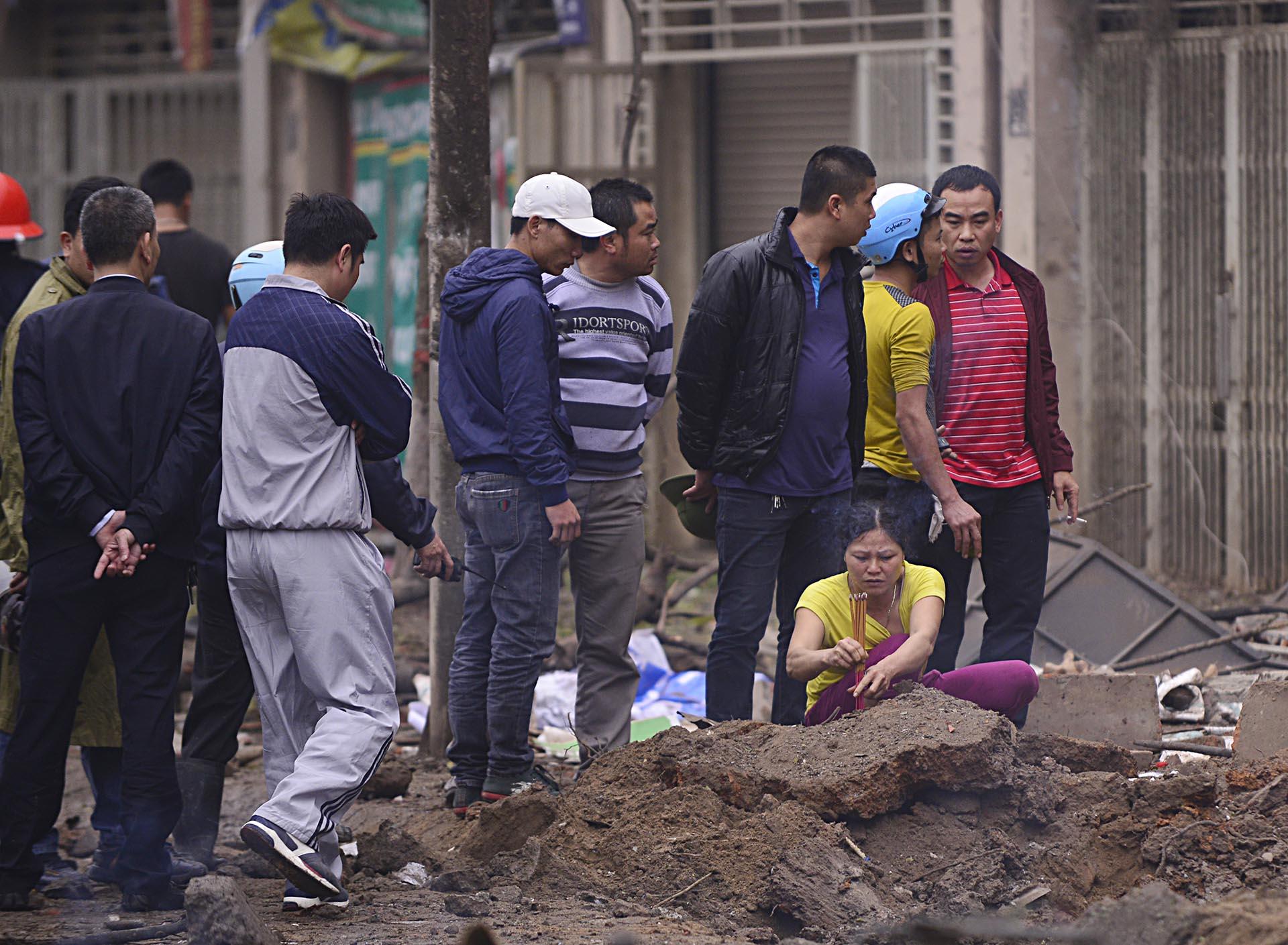 Hien truong vu no lon o Ha Dong tao ho sau tren via he - Anh 6