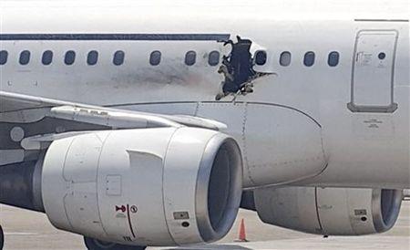 Máy bay bị thủng giữa trời, hành khách bị hút văng ra ngoài