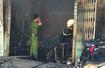 Đập tường cứu bà lão kẹt trong đám cháy ở Sài Gòn