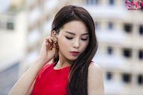 Hoa hậu Kỳ Duyên vai trần gợi cảm, váy áo tung bay giữa phố