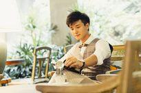 Huỳnh Anh cô đơn ngồi đọc sách giữa quán cà phê