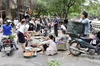 """Giải tỏa chợ cóc, chợ tạm ở Hà Nội: """"Bắt cóc bỏ đĩa"""""""