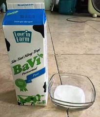 """Khách hàng """"tố"""" sữa tươi Ba Vì vón cục, mất vệ sinh?"""