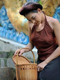 Mỹ nhân Việt gây phản cảm khi mặc áo yếm quá sexy