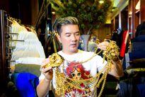 Ông hoàng nhạc Việt chọn phụ kiện vàng ròng phong cách hoàng gia