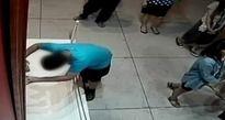 Bé trai trượt chân làm thủng bức tranh trị giá hơn 33 tỷ đồng