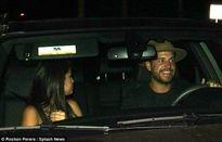 Selena Gomez giấu mặt khi bị bắt gặp đi ăn đêm với trai lạ
