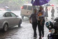 Đại sứ Mỹ đội mưa đưa mẹ lên chùa Quán Sứ làm lễ Vu lan
