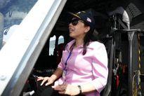 Bộ trưởng Y tế đội mũ phi công trực thăng trên tàu bệnh viện Mỹ