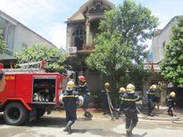Nhà 2 tầng bốc cháy ngùn ngụt giữa trưa
