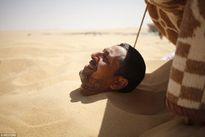 Vùi thân giữa sa mạc để chữa bệnh ở Ai Cập