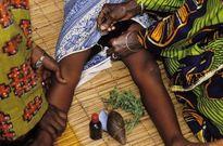 Ghê rợn với hủ tục cắt và khâu âm hộ phụ nữ ở Sierra Leone