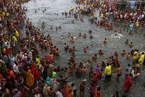 Hàng nghìn người Ấn Độ tắm sông thanh tẩy tội lỗi