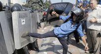 Kiev, Ukraine: Biểu tình tấn công Quốc hội, ngăn chặn sửa đổi Hiến pháp
