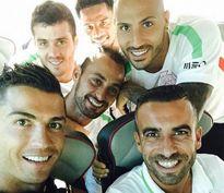 """Ronaldo chụp ảnh """"tự sướng"""" trước trận giao hữu với ĐT Pháp"""