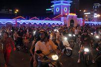 Hàng ngàn người dân đổ về trung tâm Sài Gòn xem pháo hoa