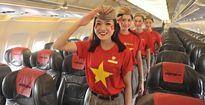 Nhân viên Vietjet mặc đồng phục cờ đỏ sao vàng chào mừng Quốc khánh