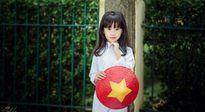 Hình ảnh rung động lòng người của cô bé Hà Nội trong bộ áo dài