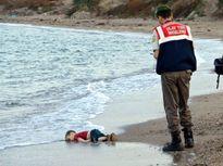 Bé trai 3 tuổi Syria chết đuối gióng hồi chuông về cuộc khủng hoảng di dân