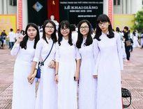 Nữ sinh Trường THPT Chuyên Hạ Long duyên dáng trong áo dài trắng tinh khôi