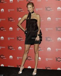 Đỏ mặt ngắm váy lưới khoe nội y của Rihanna