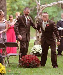 Hình ảnh bố ruột kéo tay bố dượng của con gái lên lễ đường gây xúc động mạnh