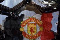 CĐV cuồng nhiệt gửi lá cờ của Man Utd bay quanh trái đất