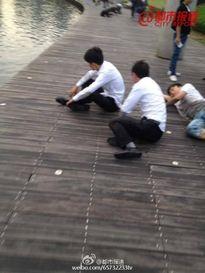 Công ty Trung Quốc phạt nhân viên bò quanh hồ vì không đạt doanh số