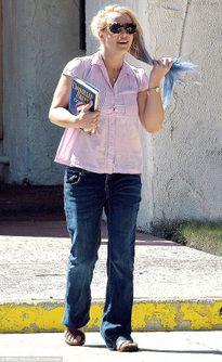 Britney Spears tóc rối bù, ăn mặc như gái quê trên phố