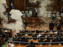 Các nghị sĩ đấu nhau bằng hơi cay tại Quốc hội Kosovo