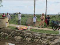 Phát hiện thi thể một bé trai nổi trên kênh ở thôn An Lưu