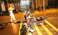 Vượt ô tô 4 chỗ, 3 nam thanh niên nhập viện nguy kịch