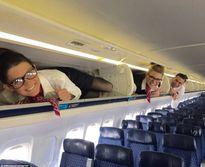 Bức xúc vì tiếp viên hàng không bị ép nằm trong khoang đồ