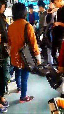 Hà Nội: Mất đồ, cô gái khám từng người trên xe buýt