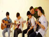 Người thầy cảnh sát dạy nhạc cho học sinh khiếm thị