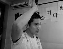 """Changmin (DBSK) và Siwon đồng loạt """"xuống tóc"""", lên đường nhập ngũ"""