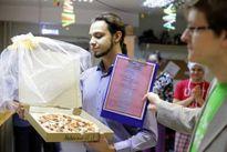 Kỳ quặc người đàn ông cưới…pizza về làm vợ