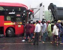 TT-Huế: Xe khách đấu đầu xe tải, 9 người thương vong