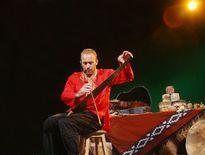 Nghệ sĩ Israel chơi đàn bầu và hát Bèo dạt mây trôi