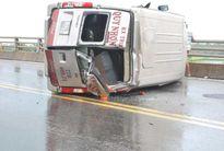 Xe khách lật nhào trên quốc lộ, 4 người thương vong