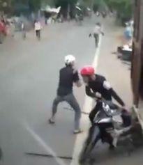 Hà Nội: Hai kẻ trộm chó cầm mã tấu cướp xe máy khi bị truy đuổi