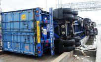 Container chở 13 tấn bánh lật nghiêng tại trạm thu phí