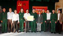 Bộ đội Biên phòng TT-Huế tặng máy thông tin cho ngư dân