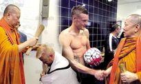 Leicester City mời thầy làm lễ trước trận gặp MU