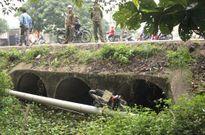 Bàng hoàng phát hiện thi thể cô gái cùng xe máy dưới mương nước