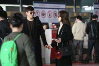 Chae Rim được chồng trẻ ân cần chăm sóc tại sân bay