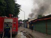Cháy lớn tại gara ô tô cạnh chợ Xanh Văn Quán