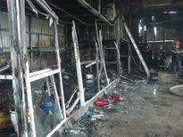 Cháy lớn tại gara ô tô, một ô tô bị thiêu rụi