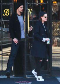 Bắt gặp Kristen Stewart rời khách sạn cùng bạn trai cũ Jennifer Lawrence