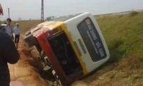 Xe khách mất lái lật nghiêng sang bờ đê, hàng chục hành khách hoảng loạn.